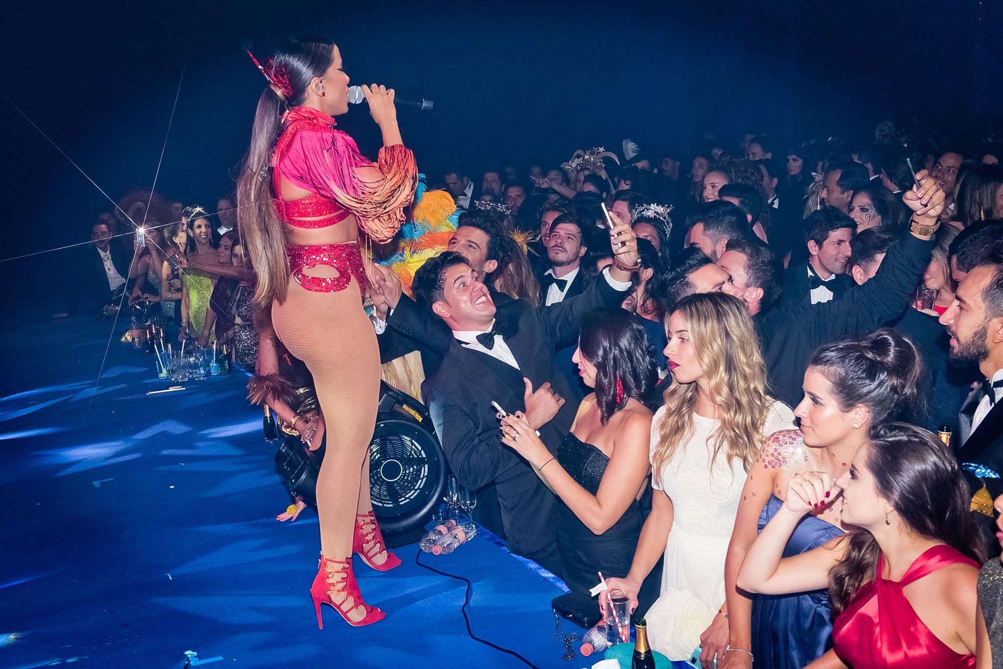Anitta chamou atenção com o look ousado e foi uma das atrações mais animadas da festa - Crédito: Lu Prezia, Alexandre Virgilio e Cleiby Trevisan /Divulgação Vogue