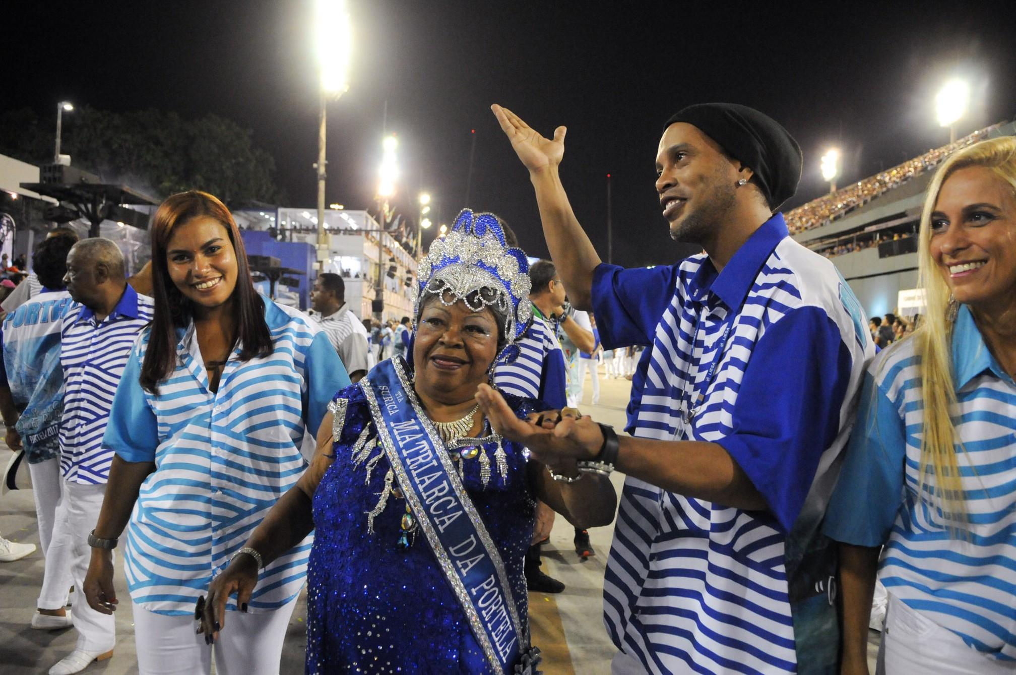 Ronaldinho Gaúcho posa ao lado da matriarca da Portela - Crédito: Alexandre Durão/Divulgação
