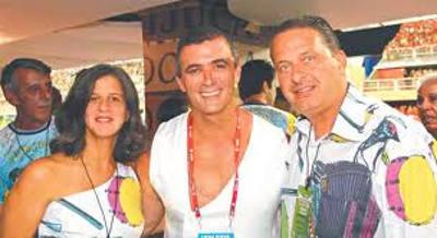Paulo Barros entre Renata e Eduardo Campos no desfile da Unidos da Tijuca/Divulgação