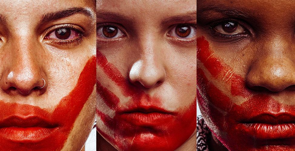 O fotógrafo carioca Márcio Freitas registrou pessoas em diversos estados do país, com uma pintura vermelha de uma mão nas faces das fotografadas - Crédito: Divulgação