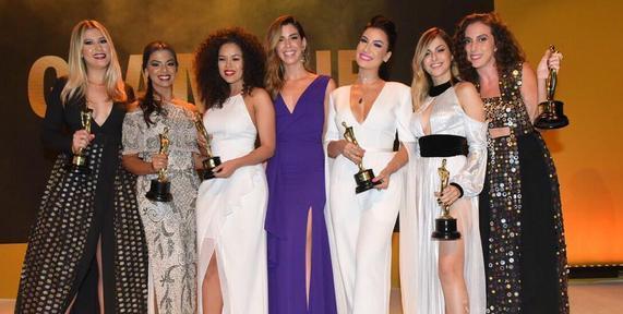 Camila Coutinho entregou troféu para as Youtubers - Crédito: Glamour/Divulgação