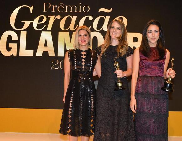 Juliana Santos entregou prêmio para Juliana Affonso e Maya Pope na categoria designer de moda - Crédito: Glamour/Divulgação