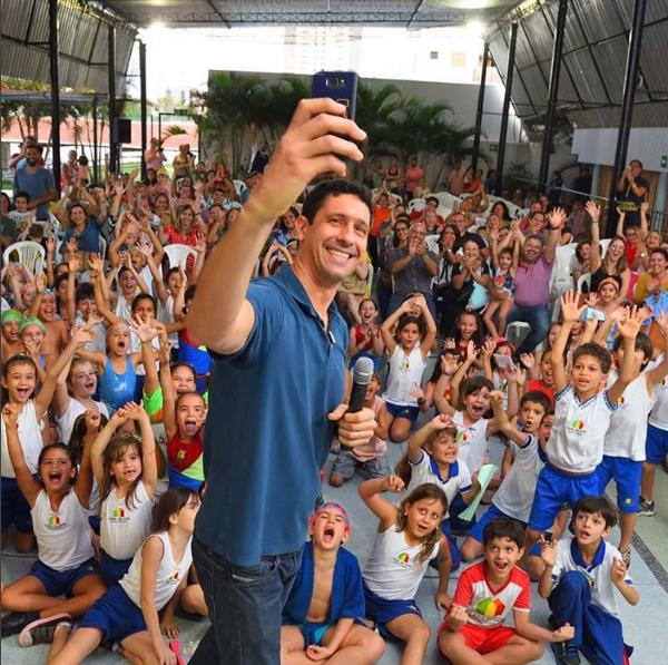 Gustavo Borges tem um trabalho de ensino de natação para crianças - Crédito: