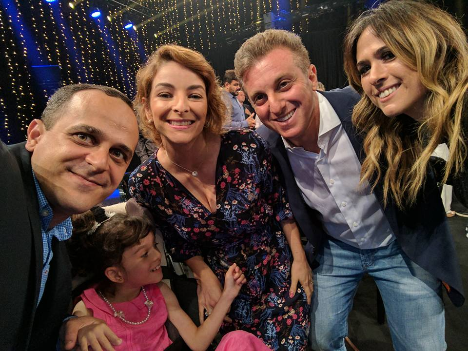Carlos Pereira, Clara, sua esposa Aline, Luciano Huck e Tatá Werneck - Crédito: Reprodução/Facebook