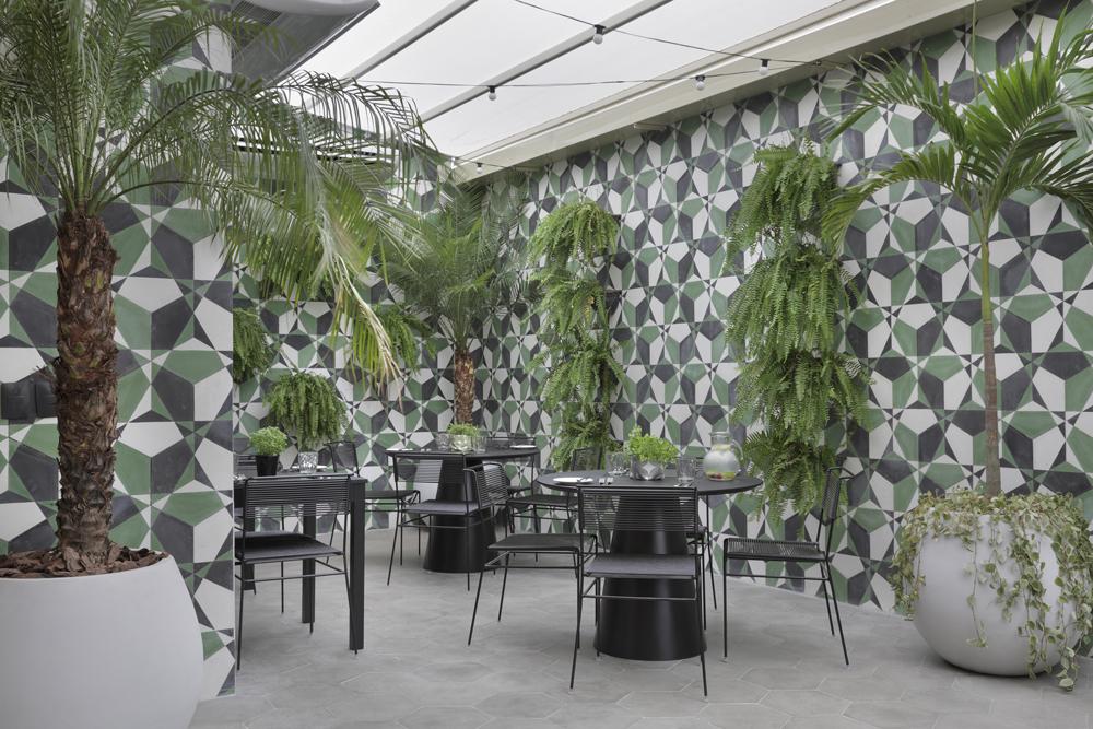 Varanda do restaurante Cariocally, localizado no Yoo2 Rio - Crédito: Divulgação/Yoo2 Rio