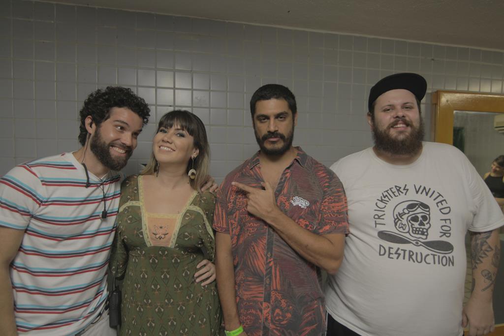 Criolo posa com os produtores da Go Elephants - Crédito: Celo Silva/Divulgação