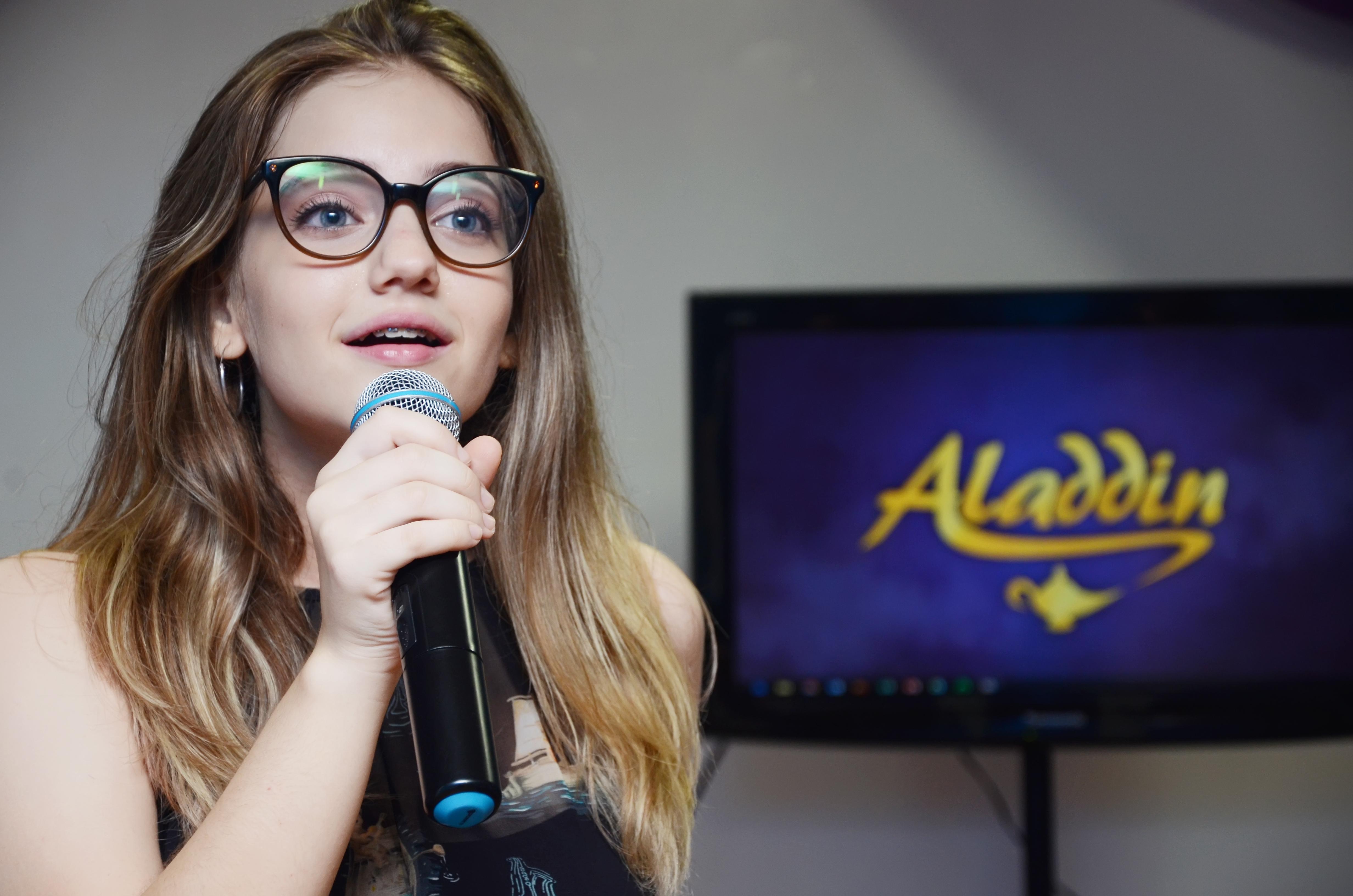 Tábatha Almeida na apresentação do elenco da peça - Crédito: Gil Menezes/Divulgação