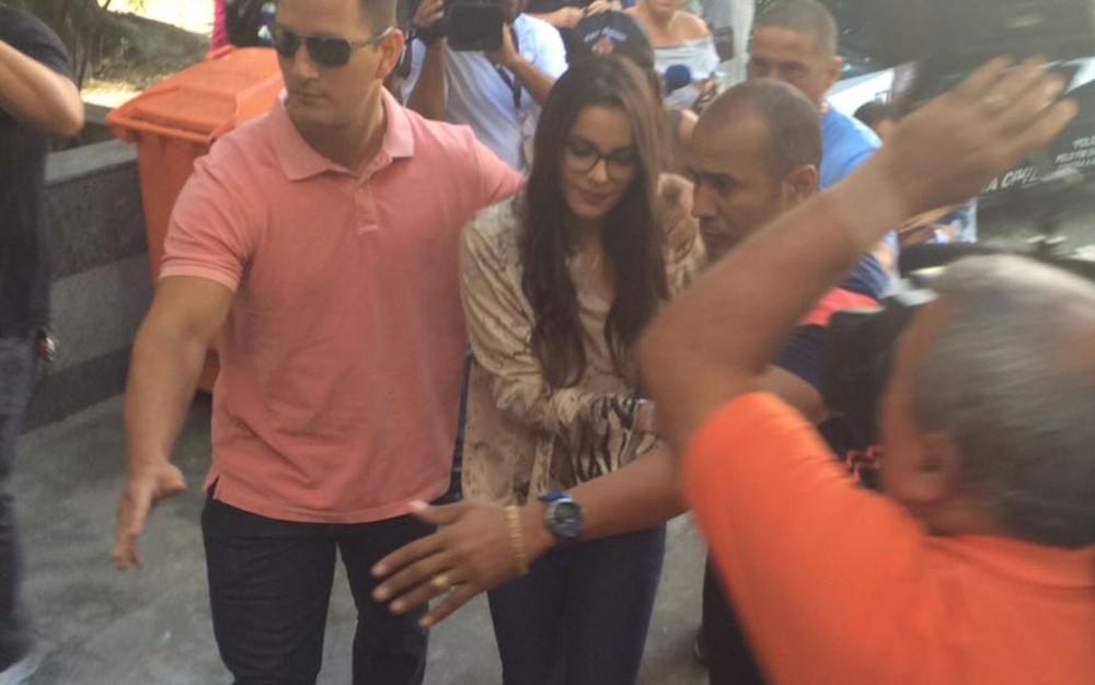 Emilly chega para depor na Delegacia - Crédito: Bruno Albernaz/Reprodução/G1