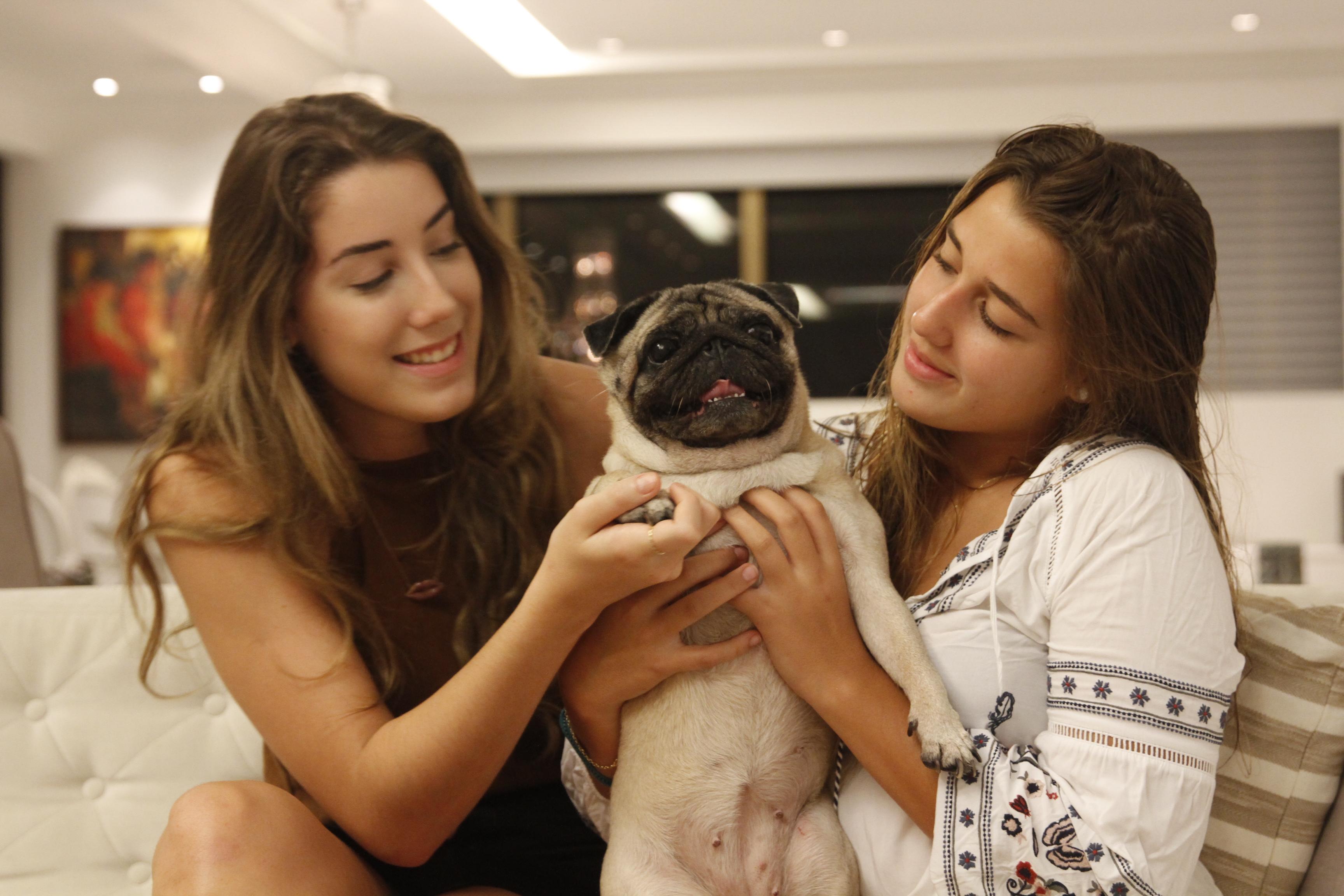 17/04/2017. Credito: Ricardo Fernandes/DP. Blog Joao Alberto - Especial Pet Social - Elora (esquerda) e Mel Janguie e sua cachorrinha da raca pug, Nathaly.