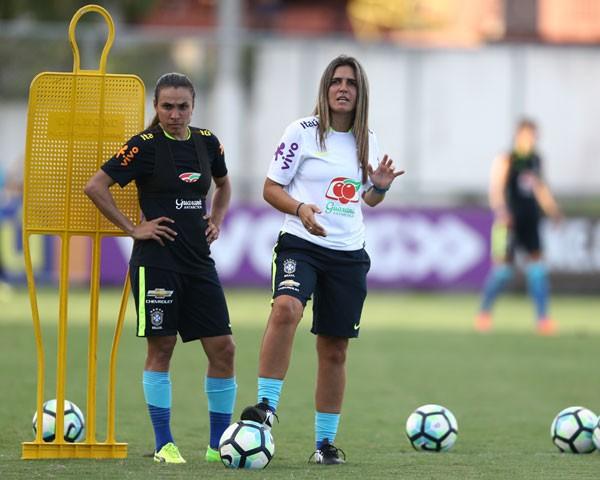 Emily Lima, técnica da seleção brasileira feminina de futebol, com a jogadora Marta Crédito: Divulgação CBF