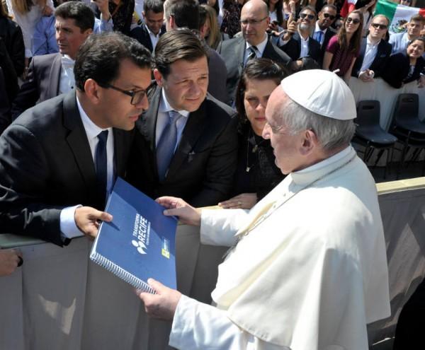 Fábio Silva e o prefeito Geraldo Julio apresentaram o Transforma Recife para o Papa Francisco - Crédito: Divulgação