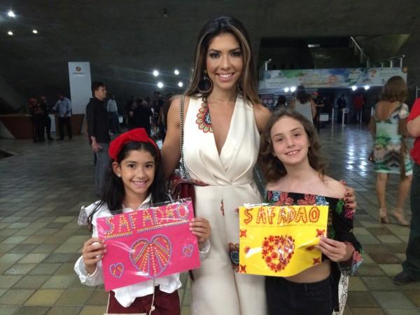 Michelle Matos e as fãs mirins Isadora França e Marina Apel - Crédito: Marilia Gouveia/Esp. DP