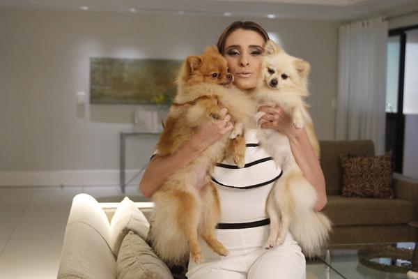 Juliana Markan com seus pets - Crédito: Ricardo Fernandes/DP