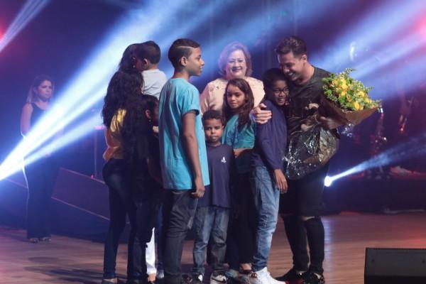 Crianças atendidas pelo IMIP entregaram flores ao cantor - Crédito: Luiz Fabiano