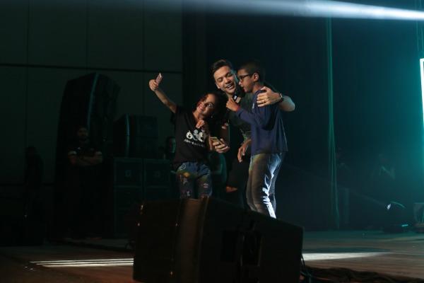 """Menino cantou """"Aquele 1%"""" com o cantor - Crédito: Luiz Fabiano"""
