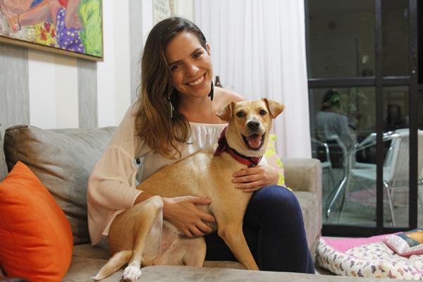 Tatiana Rands com sua cachorrinha Alegria - Crédito: Ricardo Fernandes/DP