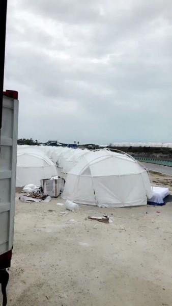 As acomodações eram tendas usadas para refugiados - Crédito: Reprodução/Twitter
