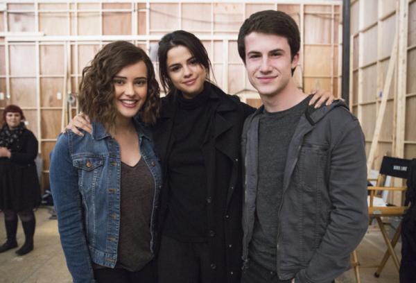 Katherine Langford, que interpreta Hannah, a produtora exevutiva Selena Gomez e Dylan Minnette, o Clay da série 13 Reasons Why – Crédito: Reprodução do Twitter