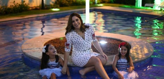 """Dia das Mães: Cynthia Cabral é mãe em dobro para Cecília e Helena: """"O importante é estarmos juntas"""""""