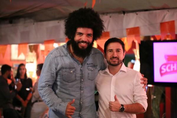 O sanfoneiro Mestrinho posa com Bruno, gerente de marketing da Schin - Crédito: Mateus Rosa/Divulgação