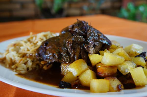 Carneiro Assanhado representando a África, servido com arroz libanês e batata doce com frutas douradas - Crédito: Carlos Pimenta/Divulgação