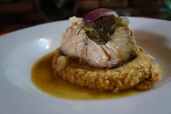 Bacalhau Dourado de Cheiro representando a gastronomia asiática. O peixe vem perfumado por cinco especiarias chinesas e acompanhado de purê de grão de bico e cuscuz do chef - Crédito: Carlos Pimenta/Divulgação