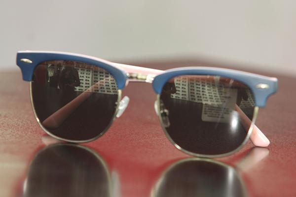 Óculos de sol bicolor com mistura de policarbonato e metálico em tons de rosa e azul - $179 na loja ChilliBeans -  Crédito: Nando Chiappetta/DP