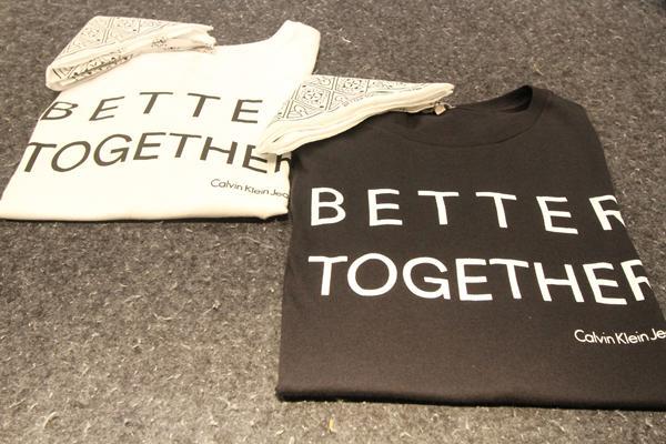 T-shirt com frase estampada, Better Together, em alta no mundo fashion, com bandana: R$119 na loja Calvin Klein - Crédito: Nando Chiappetta/DP