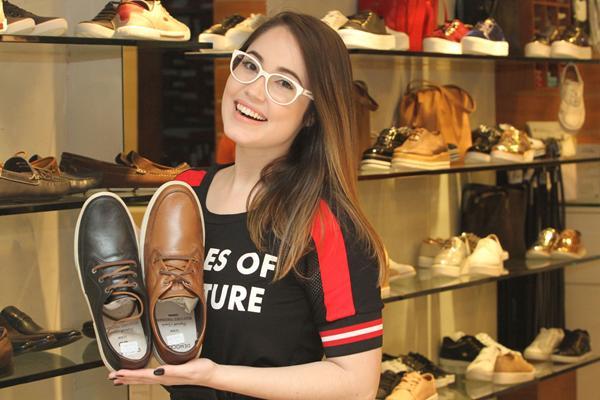 Karine Filizola fez uma seleção de presentes no Shopping Tacaruna para o Dia dos Namorados - Crédito: Nando Chiappetta/DP