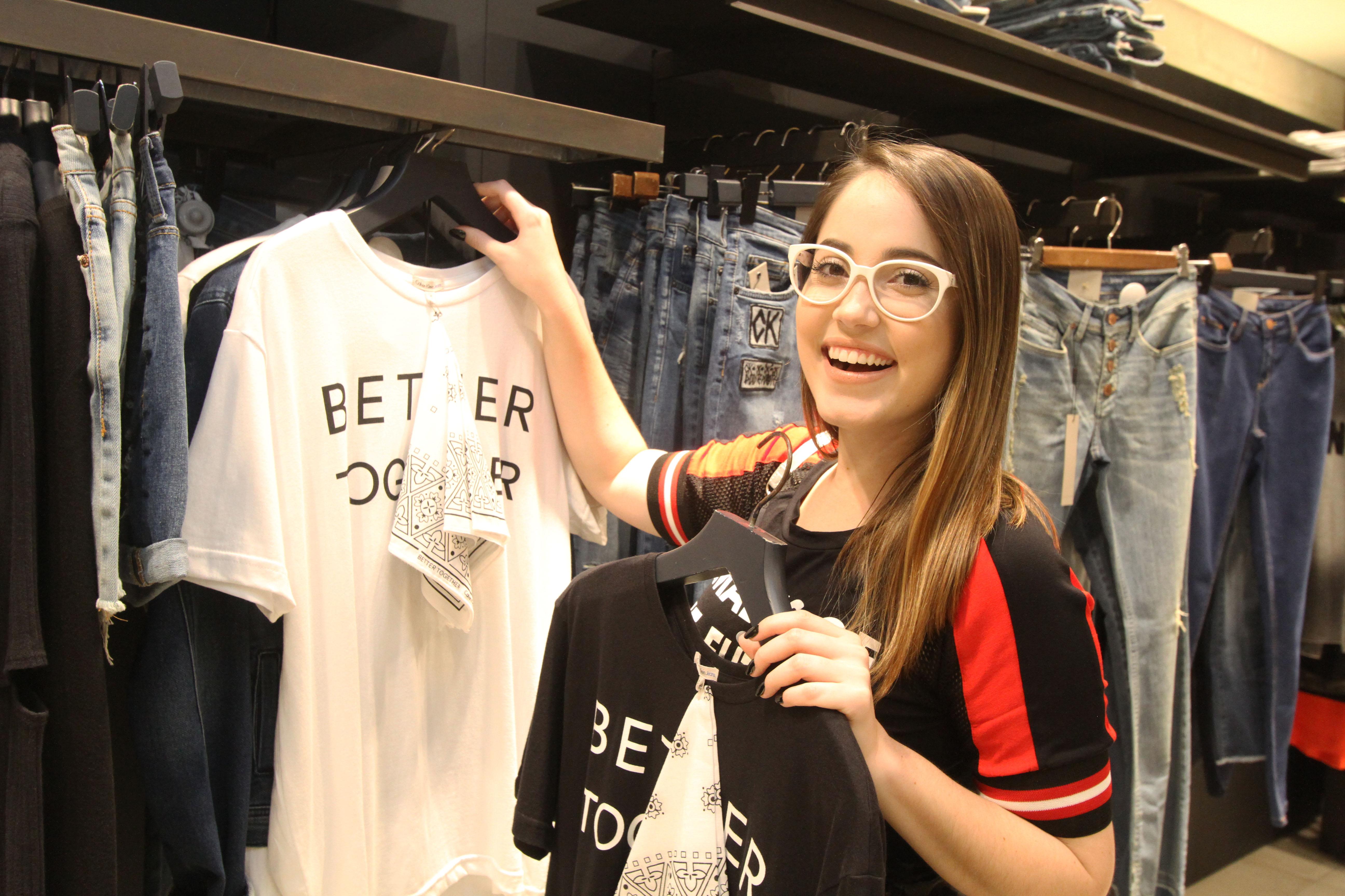 Karine Filizola circulou pelo Shopping Tacaruna para escolher presentes para o Dia dos Namorados - Crédito: Nando Chiappetta/DP