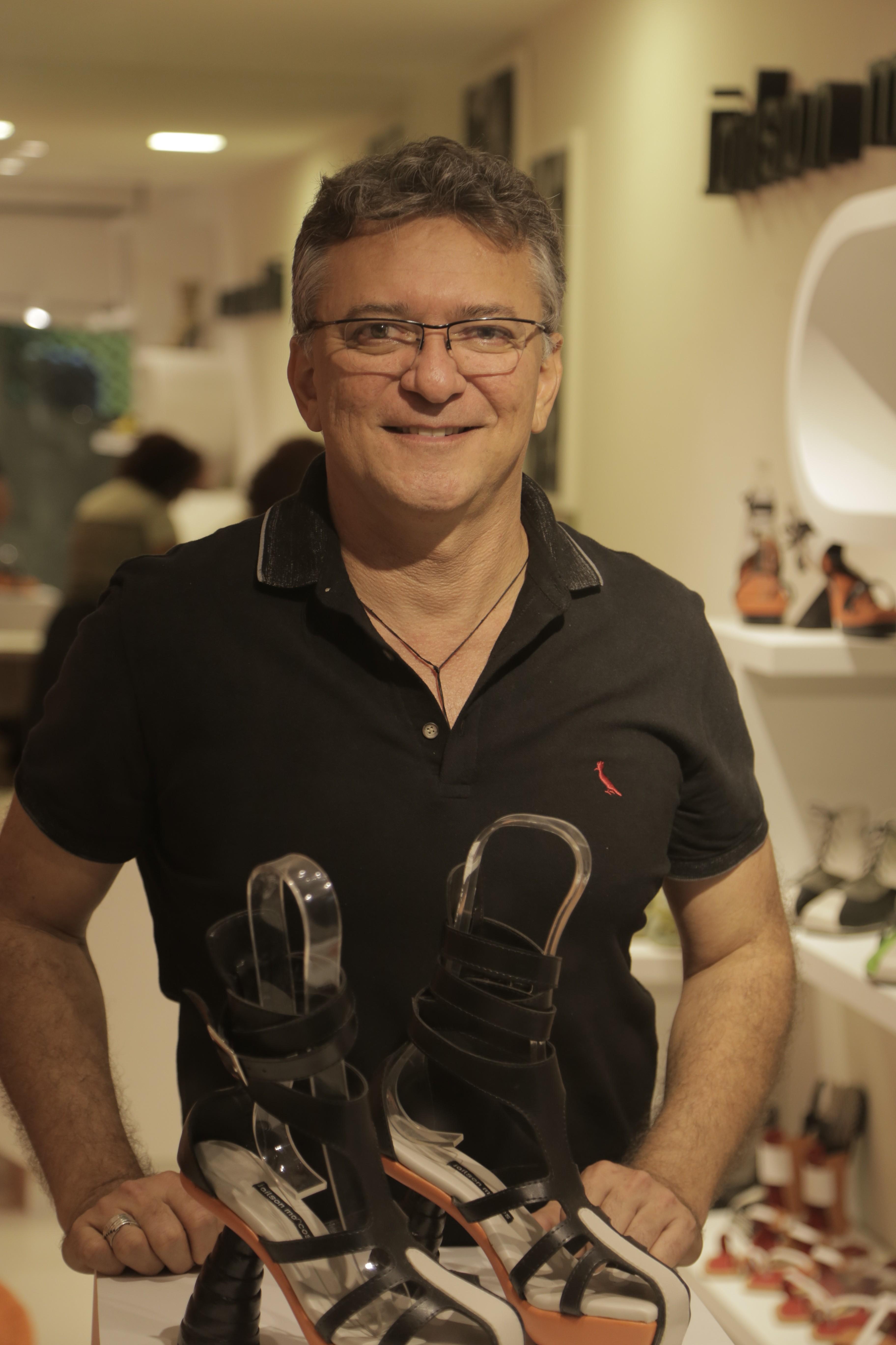 Jailson se define como artesão, sapateiro e designer - Crédito: Ivan Melo/Esp.DP/D.A.Press