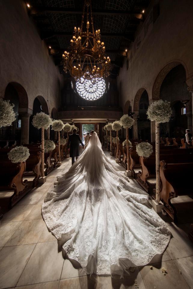 A cauda do vestido tinha seis metros de comprimento - Crédito: Reprodução/The Sun