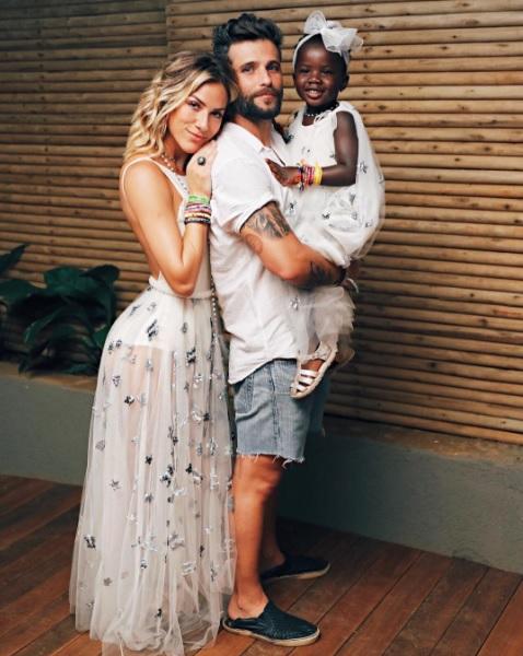 Giovanna Ewbank, Bruno Gagliasso e Titi no Réveillon de Noronha - Crédito: Reprodução/Instagram