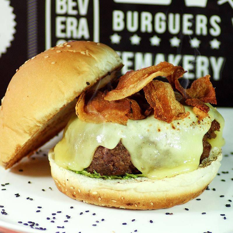 Casa servia hambúrgueres e temakis - Crédito: Reprodução/Facebook