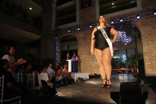 Nathalia desfilou com trajes de praia, casual e de gala, sábado, no Paço Alfândega -Crédito: Roberto Ramos/DP