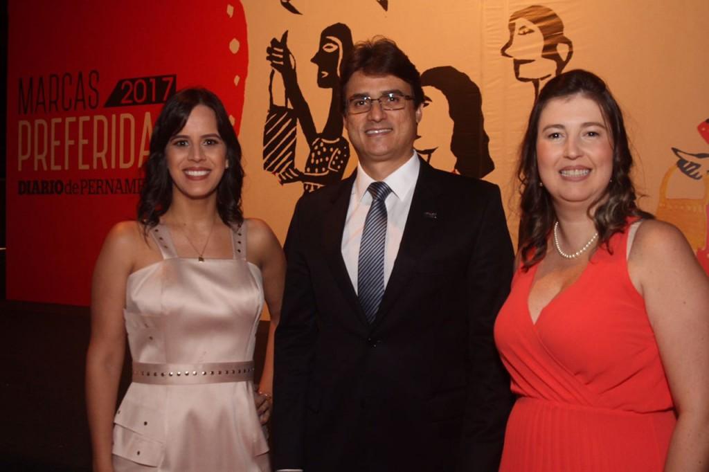 Priscila Frazão, Sérgio Acioly, da SulAmérica, e Tarciana Marques - Crédito: Roberto Ramos/DP