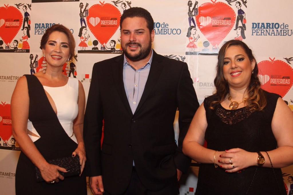 Aleide Souto, Felipe Gomes, diretor comercial do grupo Preserve-Liserve, e Anchielly Barros - Crédito: Roberto Ramos/DP