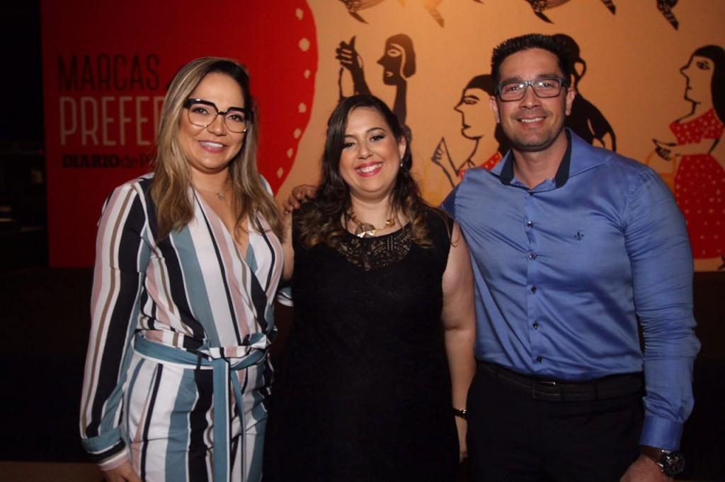 Jacqueline e Ricardo Braga, da Óticas Diniz, com Anchielly Barros - Crédito: Roberto Ramos/DP