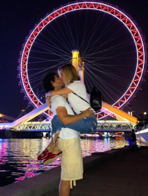 Em junho, o casal publicou esta foto trocando beijos apaixonados em em Tianjin, na China - Crédito: Reprodução do Instagram