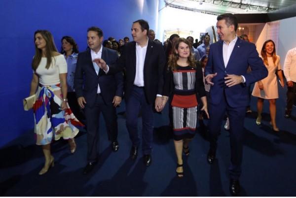 O governador Paulo Câmara com Ana Luiza, recebendo o governador de Alagoas, Renan Filho e sua Renata, na abertura da Fenearte, acompanhados pelo secretário Felipe Carreras - Crédito: Hesíodo Goes