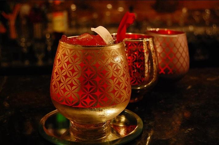 O bar só oferece drinks especiais - Crédito: Reprodução/pinacocktails.com
