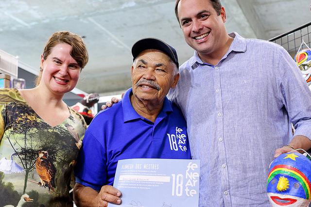 Ana Luiza Câmara, coordenadora de feira, e o governador Paulo Câmara entregaram certificados aos mestres - Crédito: Arthur Mota/Divulgação