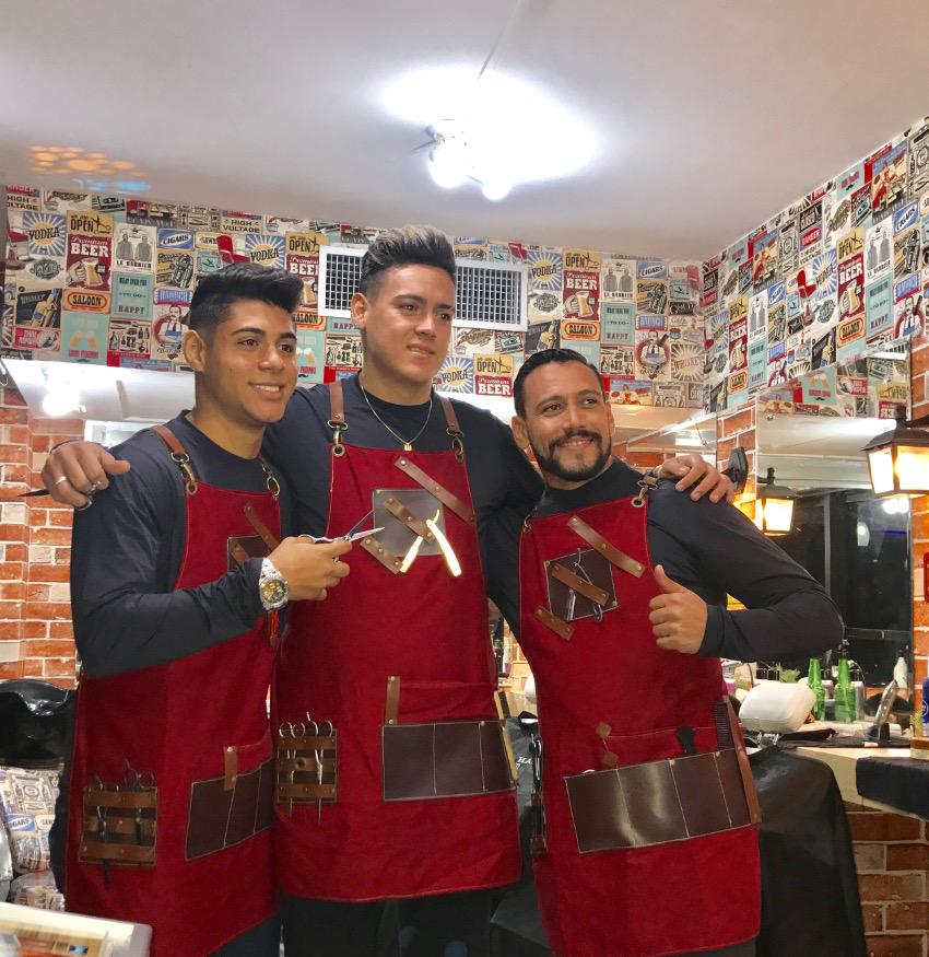 A equipe de barbeiros, com seus modernos equipamentos