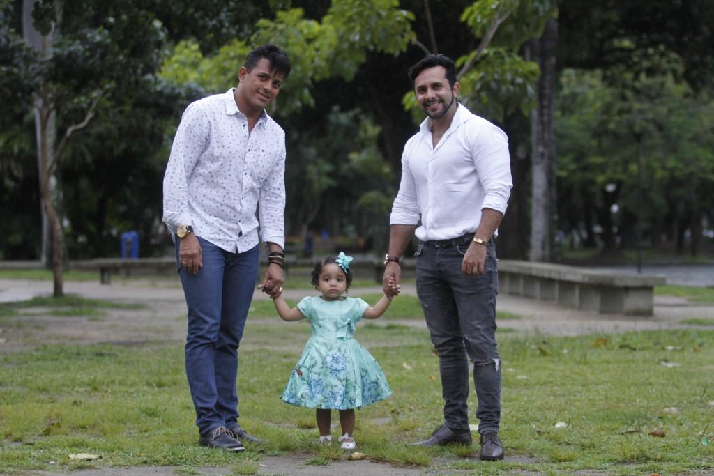 Eliel Alves e Berg Goodman com a pequena Marjorie - Crédito: Ricardo Fernandes/DP