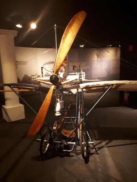 Uma réplica em tamanho real do último avião criado por Santos Dumont, a Demoiselle - Crédito: Marília Gouveia/DP