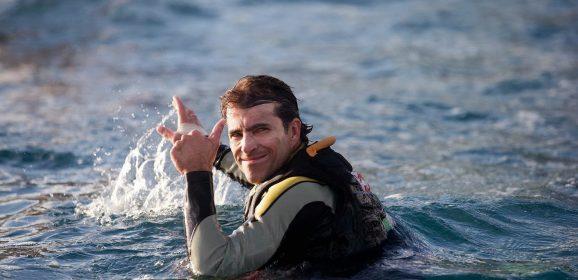 O surfista Carlos Burle, expert em ondas gigantes, lança livro no Recife