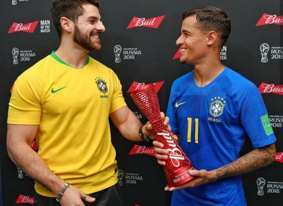 Philippe Coutinho recebe o prêmio de melhor jogador pelas mãos de Alok