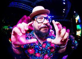 EletroBike do DJ Mozaum leva cores, dança e música por onde passa