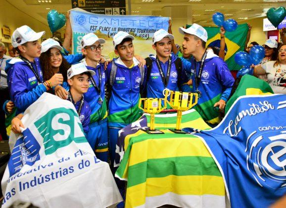 Brasileiros vencem torneio da Nasa e lançam chiclete para astronautas