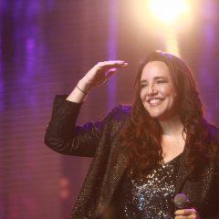 Ana Carolina ganha sombrinha de frevo em show no Recife